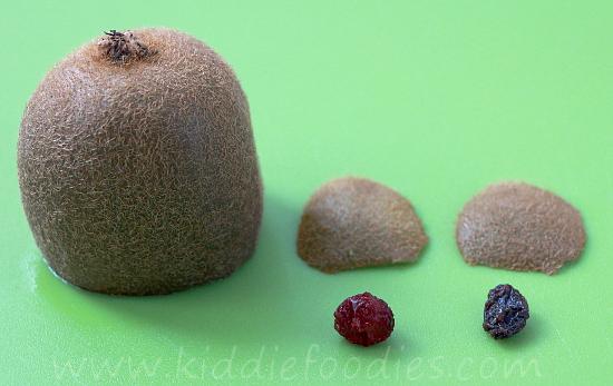 Kiwi and apple smoothie with a little kiwi bear step1