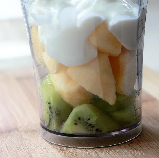 Kiwi and apple smoothie with a little kiwi bear step3
