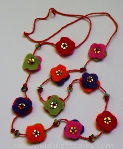 DIY felt necklace for toddlers step7