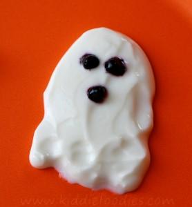 Spooky Halloween dessert - ghosts, bats made from yogurt and blackberries step2b