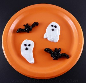 Spooky Halloween dessert - ghosts, bats made from yogurt and blackberries step3