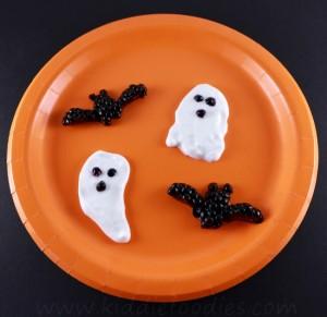 Spooky Halloween dessert - ghosts, bats made from yogurt and blackberries step3