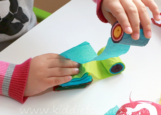 Christmas crafts for kids - how to make your own Christmas tree chain garland from crepe paper step3a
