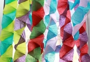 Christmas crafts for kids - how to make your own Christmas tree chain garland from crepe paper step4c